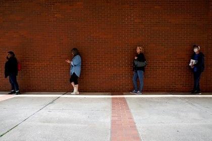Personas que perdieron sus trabajos luego del brote de coronavirus esperan en fila para recibir beneficios de desempleo. Foto: REUTERS/Nick Oxford/File Photo
