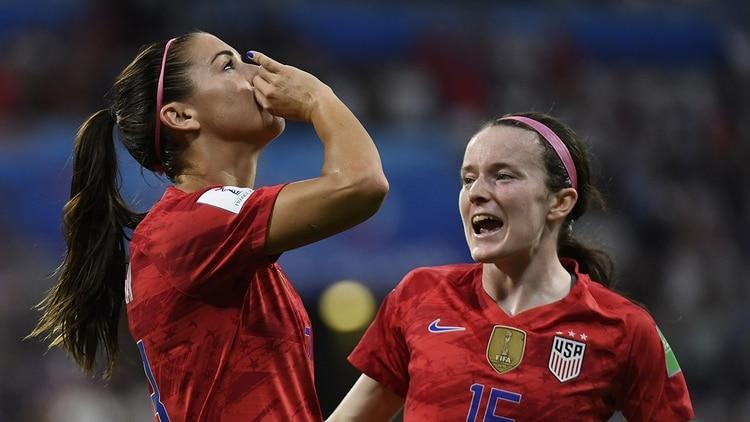 La estadounidense Alex Morgan simuló que bebía una taza de té en su festejo de gol contra Inglaterra (AFP)