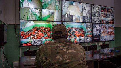 Los guardias observan minuto a minuto las imágenes de las cámaras de seguridad (AFP)