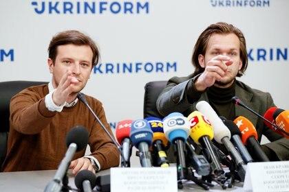 Los opositores bielorrusos Anton Rodnenkov e Ivan Kravtsov durante una conferencia de prensa en Kiev. Foto: REUTERS/Gleb Garanich