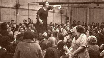 Desde 1875, las mujeres piden por el reconocimiento de sus derechos, entre ellos reducción de la jornada laboral, condiciones dignas de trabajo, igualdad salarial y el derecho a crear sindicatos.