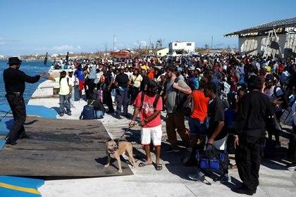 Personas esperan embarcarse en un ferry en Marsh Harbour durante las operaciones de evacuación (REUTERS/Marco Bello)
