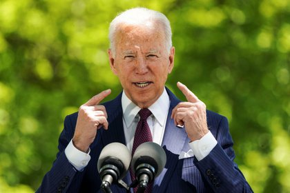 U.S. President Joe Biden delivers remarks on the administration's coronavirus disease (COVID-19) response outside the White House in Washington, U.S., April 27, 2021. REUTERS/Kevin Lamarque
