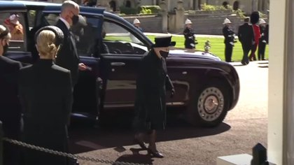 La reina ingresa a la Capilla de San Jorge, donde su marido fue enterrado en la Bóveda Real