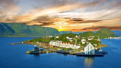 Noruega es la tierra de los glaciares, las montañas, la aurora boreal y los fiordos