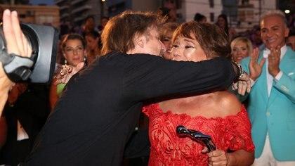 """Facundo Arana emocionó a todos, cuando entregó su premio a """"mejor actor"""" a su maestra, Betiana Blum"""