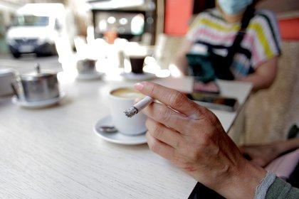 El consumo de tabaco aumenta el riesgo a desarrollar cuadros graves de COVID-19. Por eso, se aconseja el consumo a nivel individual. Si hoy un fumador va a patios y terrazas de bares o restaurantes debería respetar el distanciamiento de dos metros para evitar contagiarse y contagiar si ya ha adquirido la infección por el coronavirus EFE/ Cabalar/Archivo