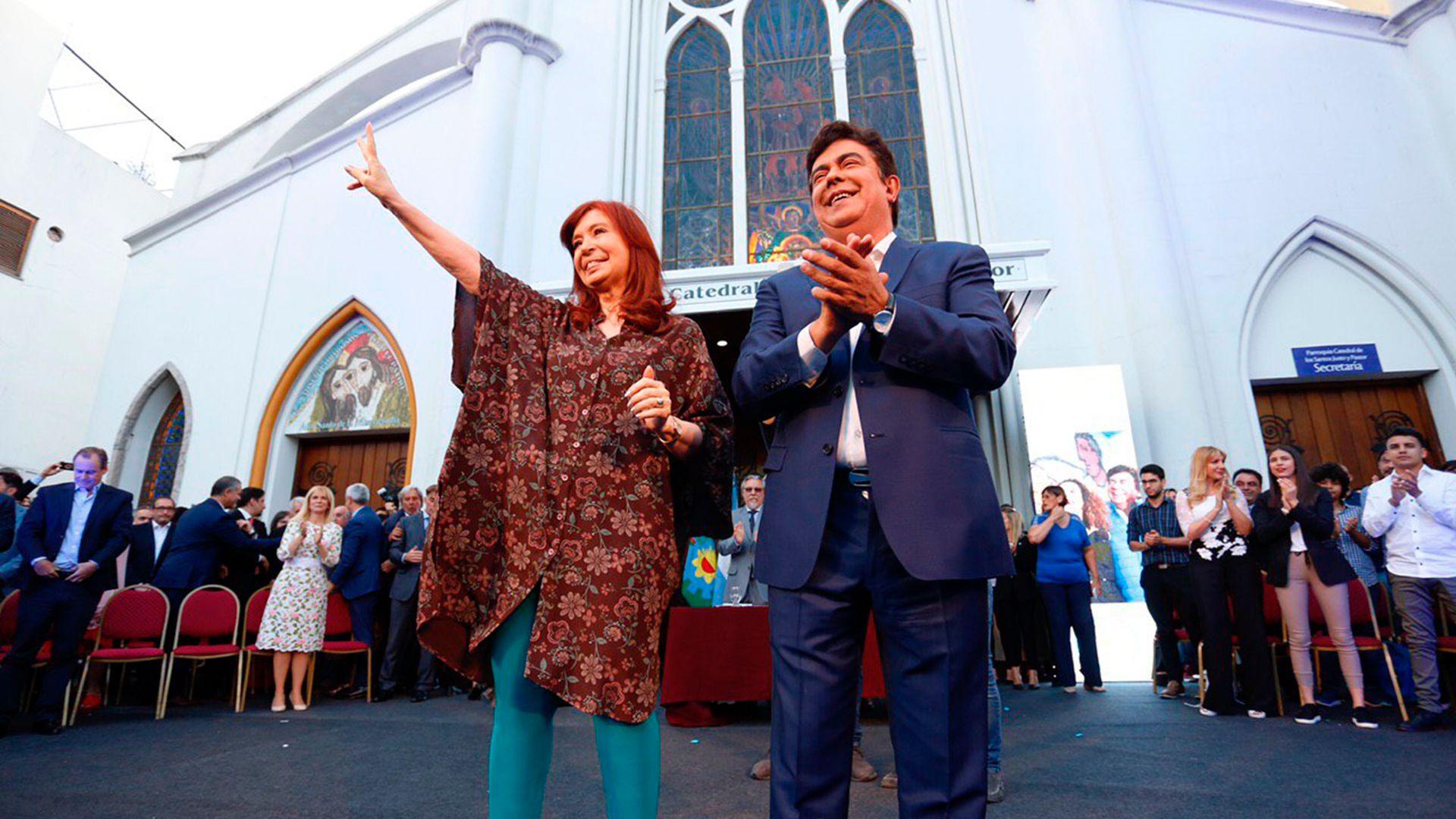 La vicepresidente Cristina Fernández y Fernando Espinoza, cuando este reasumió la intendencia de La Matanza
