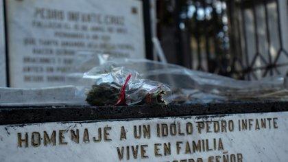 Flores casi marchitas, se pueden ver en el lugar donde yacen los restos del oriundo de Guamúchil.   Foto: Mau HL / Infobae