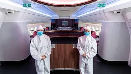 Desde el 25 de mayo la tripulación de Qatar Airways debe utilizar un traje hazmat como protección. (Qatar Airways)