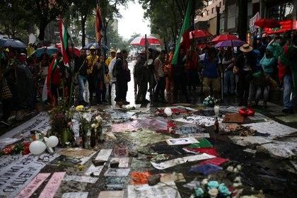 Homenaje a Dilan Cruz en el sitio donde recibió el disparo en Bogotá  (REUTERS/Luisa Gonzalez)
