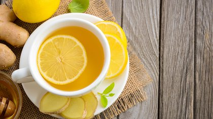 Infusiones a base de limón y manzanilla pueden ayudar a calmar al estómago después de comidas pesadas.