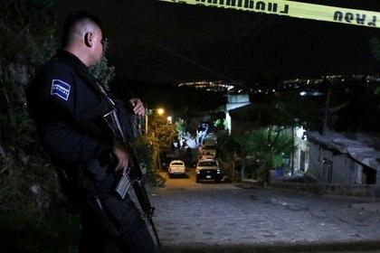 La balacera registrada durante la mañana de este lunes en Zapopan dejó un saldo de dos presuntos criminales muertos y una persona, que había sido secuestrada, fallecida (Foto: REUTERS/Fernando Carranza)