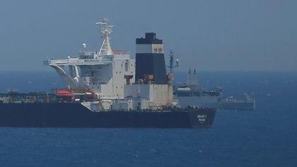 El petrolero Adrian Darya 1 durante su detención en Gibraltar (REUTERS/Jon Nazca)