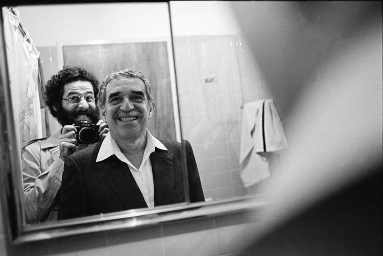Selfie del fotógrafo Vasco Szinetar con Gabriel García Márquez en 1982, año en que ganó el premio Nobel de Literatura