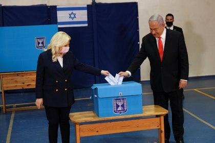 El primer ministro Benjamin Netanyahu y su esposa Sarah votan en las primeras horas de Israel (REUTERS / Ronen Zvulun / Pool)