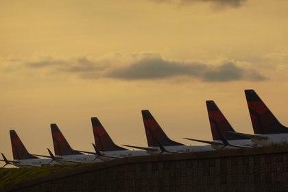 Aviones Delta Air Lines 737 alineados en una pista de aterrizaje donde están estacionados debido a las reducciones de vuelo realizadas para retrasar la propagación de la enfermedad por coronavirus (COVID-19) (REUTERS)
