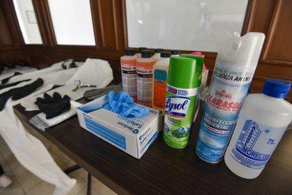 Parte de las sustancias que utilizan en las funerarias para trabajar en los cuerpos de personas muertas (Foto: Cuartoscuro)