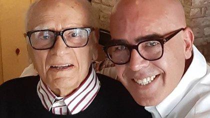Gabriel Varela compartió esta foto junto a su padre para informar de su deceso (IG: varelateatro)