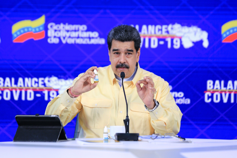 Fotografía cedida hoy por la oficina de Prensa del Palacio de Miraflores en la que se ve al presidente venezolano Nicolás Maduro mientras muestra un frasco de Carvativir en Caracas, Venezuela (EFE/ PRENSA MIRAFLORES)