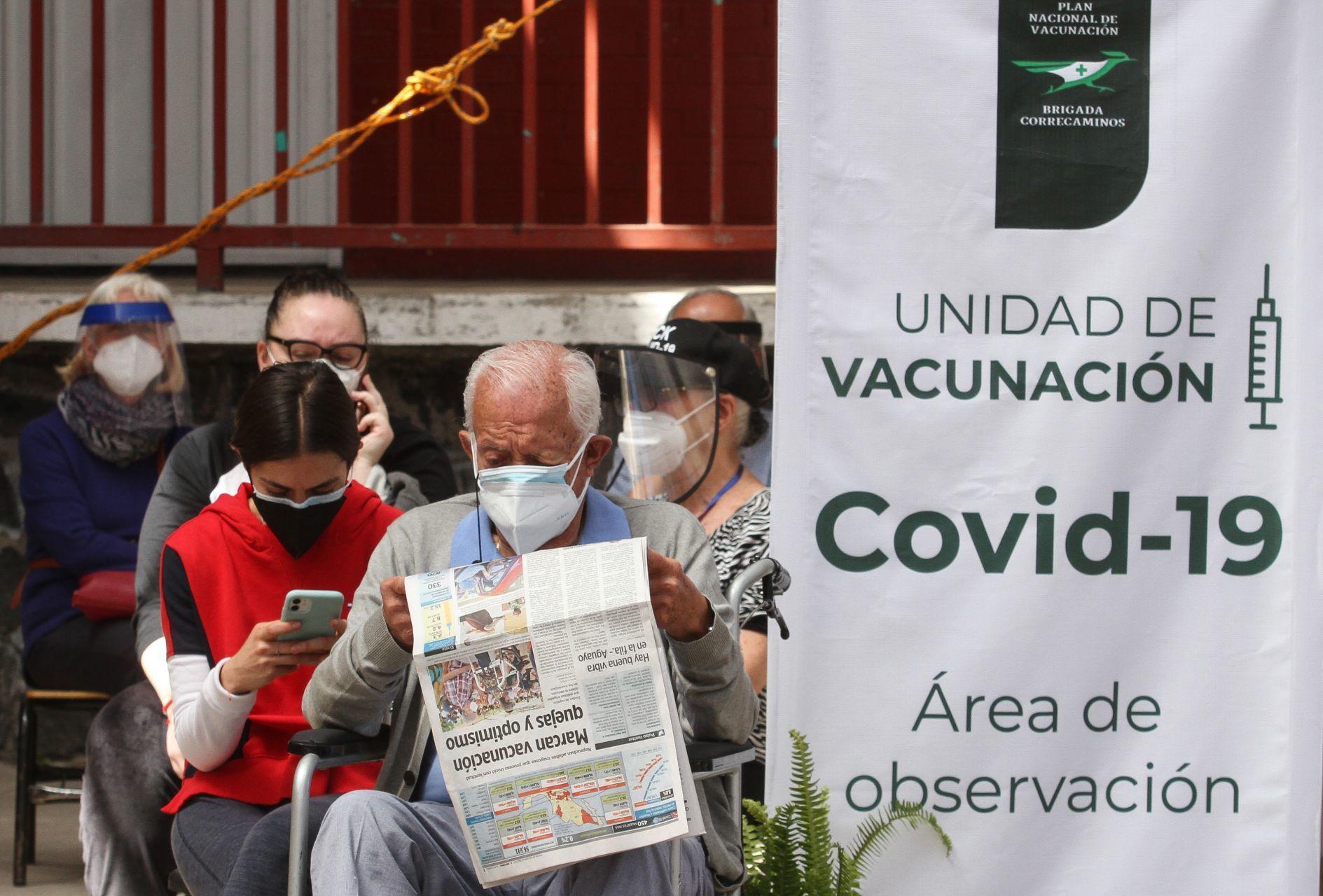 Aspecto de la vacuna Astrazeneca contra COVID-19 previo a ser inyectada a un adulto mayor