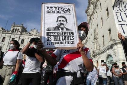 Una manifestación en Lima en contra de la decisión del Congreso de destituir al ahora ex presidente Martin Vizcarra.