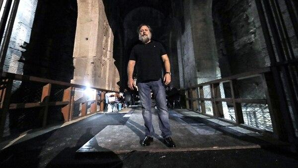 El actor australiano Russell Crowe posa al interior del Coliseo antes de los ensayos de su espectáculo, Il Gladiatore