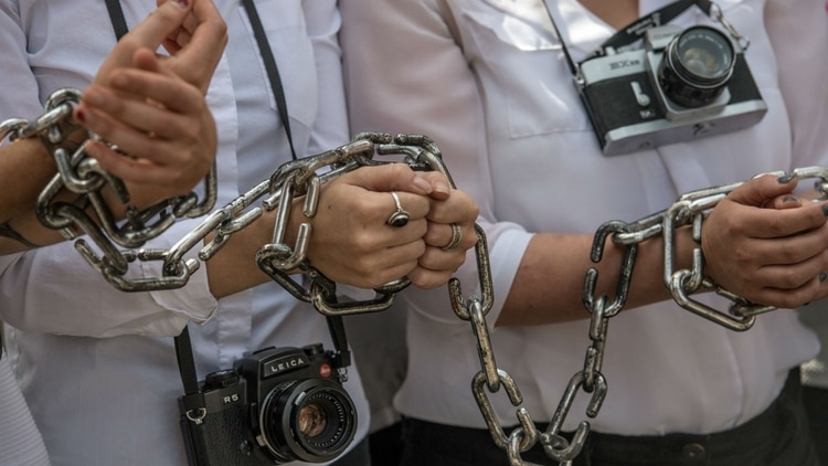 """Activistas protestan por la detención del fotoperiodista egipcio Mahmoud Abu Zeid """"Shawkan"""" en agosto de 2017 en Londres, Reino Unido (Carl Court/Getty Images)"""