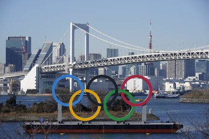 Tokyo (Japan), 13/01/2021.- A giant Olympic rings monument is seen before the Rainbow bridge at Odaiba Marine Park in Tokyo, Japan, 13 January 2021 (issued 22 January 2021). On 23 January 2021, Japan will mark half-year before the opening of the Tokyo 2020 Olympic Games, which were postponed due to the coronavirus pandemic. The Tokyo Olympics are rescheduled to open on 23 July but uncertainty is rising as Tokyo and its surrounding prefectures entered a new state of emergency following a jump of infection cases. Public support is fading and more than 80 per cent of the population is ¡EFE/EPA/FRANCK ROBICHON/Archivo