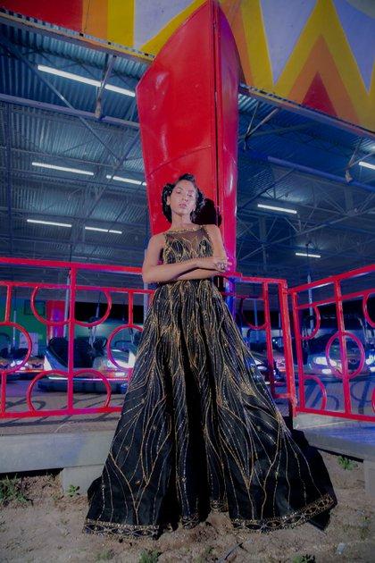 Alexia Toumikian cerró el desfile con un vestido bordado 480 horas en bastidor