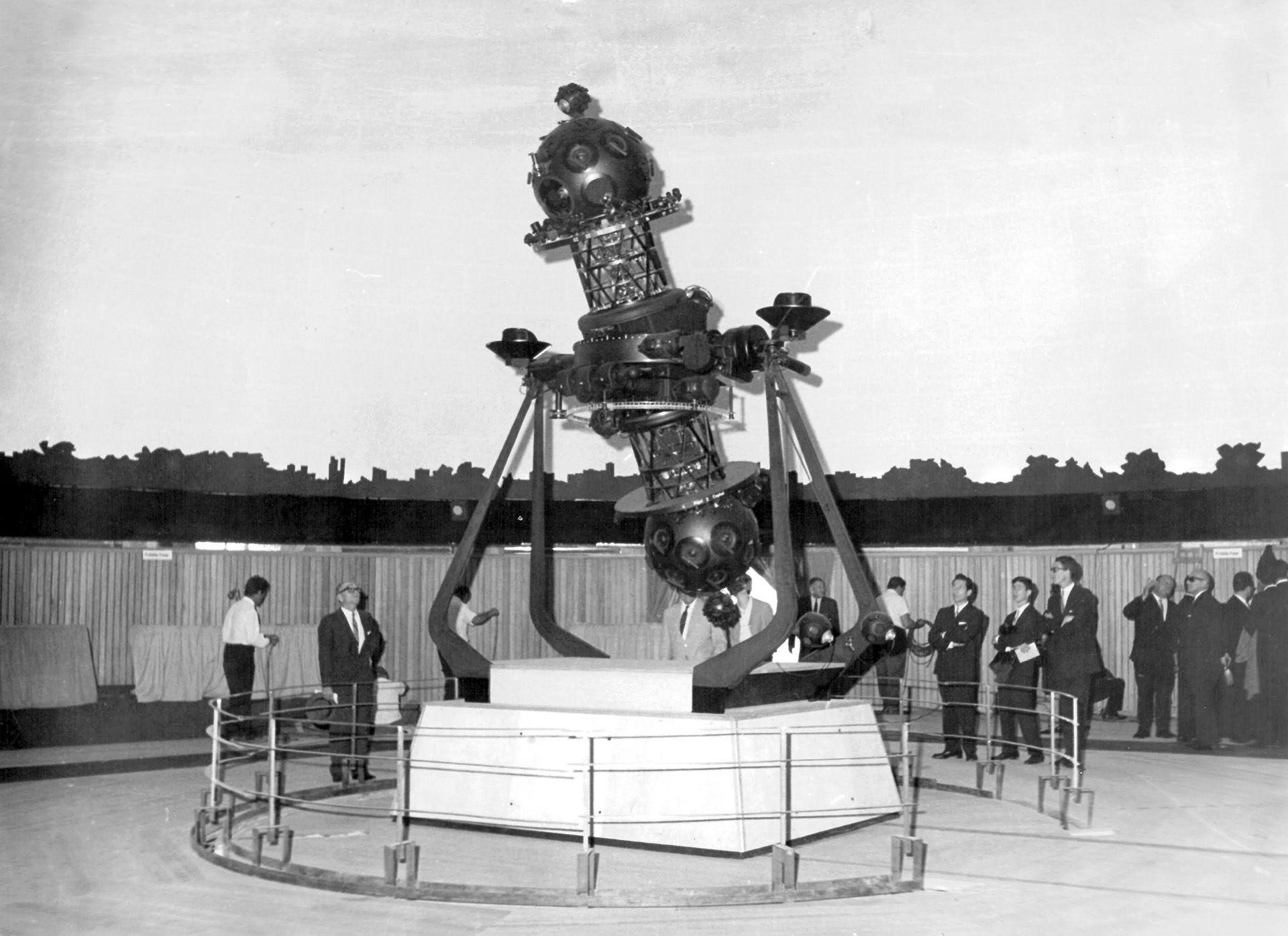 Su primer planetario, aquel modelo Zeiss, tenía de 5 metros de altura y 2,5 toneladas de peso. Reprodujo durante 44 años el panorama del cielo con 8900 estrellas, los planetas, el Sol, la Luna, algunas nebulosas y cúmulos estelares, estrellas fugaces y otros objetos celestes