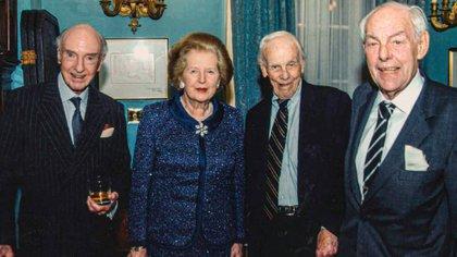 Margaret Thatcher junto a su amigo John Profumo (izq.) y Bill Deedes al lado de Dennis Thatcher, en 2003. (Coleccion privada/Herself Alone)