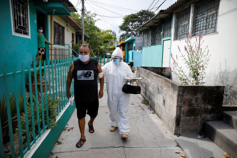 Foto de archivo. Un paramédico de Médicos sin Fronteras atiende a un paciente con un posible caso de coronavirus en Soyapango, El Salvador. 28 de julio de 2020. REUTERS/Jose Cabezas