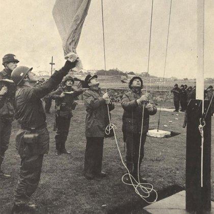 Izamiento de la bandera argentina por el nuevo gobernador Mario B. Menéndez (foto del archivo del general Menéndez)