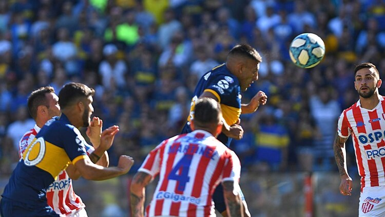 El momento del cabezazo goleador de Wanchope Ábila (Foto: Telam)
