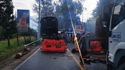 No dejan pasar ni carros fúnebres: el panorama de bloqueos de vías de Cundinamarca