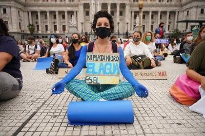 Algunos manifestantes se acercaron con sus colchonetas para meditar