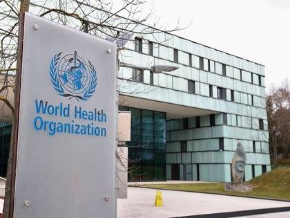Foto de archivo del logo de la OMS en la sede de la entidad en Ginebra.  Feb 6, 2020. REUTERS/Denis Balibouse