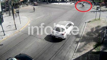 10:39: Maia y el cartonero cruzan la avenida Santa Rosa en dirección a Ituzaingó.