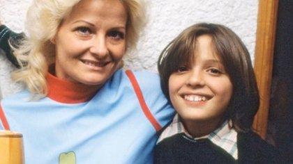 Luis Migueljunto a su madre