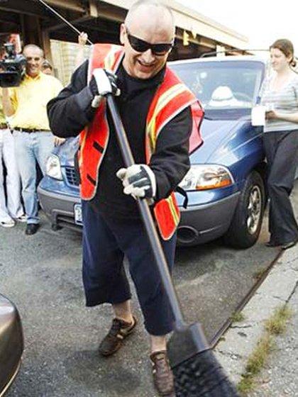 Las imágenes de Boy George limpiando obligado las calles de Nueva York sorprendieron a sus seguidores (AP 162)