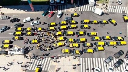 Una de las protestas de los taxistas en el centro porteño (foto drone: Thomas Khazki)