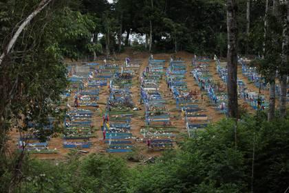 El cementerio Parque Taruma, construido especialmente para albergar muertos por coronavirus en el estado de Manaos. Foto: REUTERS/Bruno Kelly