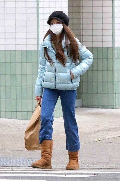 Tarde de shopping. Suri Cruise, hija de Katie Holmes y Tom Cruise, caminó por el centro de Manhattan mientras paseaba por las exlcusivas tiendas de Nueva York haciendo compras. La adolescente de 14 años lució una campera celeste, jeans y botas marrones. Además, llevó puesto su tapabocas y una boina negra de lana