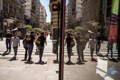 Peatones con máscaras protectoras caminan por la calle Florida en Buenos Aires, Argentina, el martes 30 de marzo de 2021. Foto: Sarah Pabst/Bloomberg
