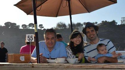 Andrew y María, junto a su pequeño hijo Lucas (Facebook)