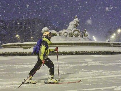 09/01/2021 Amanece Madrid nevado. Una persona avanza con esquíes junto a la fuente de Cibeles, cubierta de nieve por la borrasca Filomena, en Madrid (España) a 9 de enero EUROPA ESPAÑA SOCIEDAD JESÚS HELLÍN / EUROPA PRESS