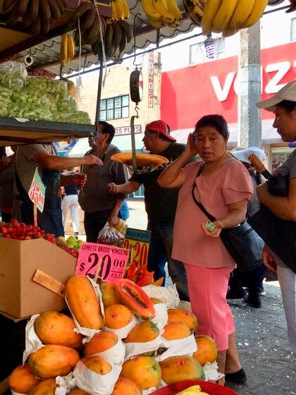 Consumidores compran dentro del cerco sanitario (Foto: EFE/Jorge Núñez)