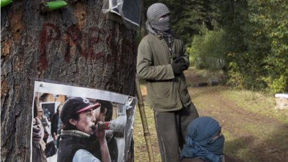 La comunidad mapuche que tomó el predio de la iglesia mantiene ocupado desde el año 2017 una zona del Parque Nacional Nahuel Huapi. En un intento de desalojo llevado adelante por Prefectura murió Rafael Nahuel, de 17 años.