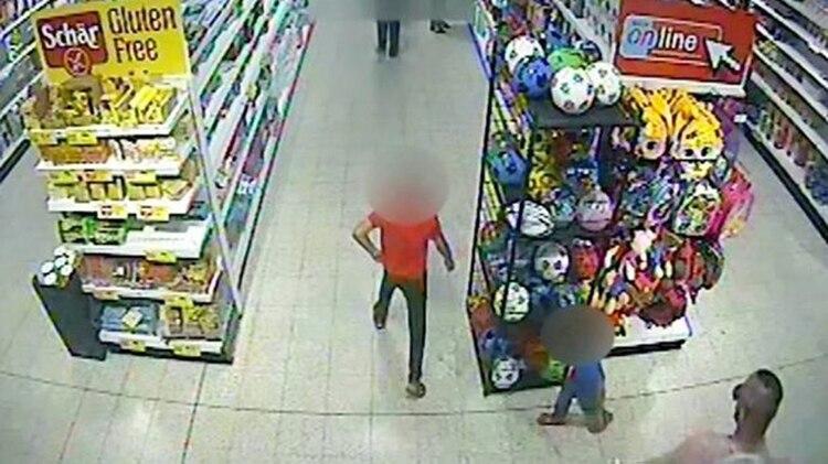 El pequeño jugaba con su hermana en una tienda, mientras su madre hacía las compras, sin saber que lo seguían para atacarlo